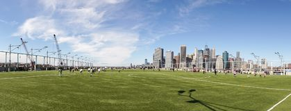 Calcio/campo da calcio a Brooklyn con la vista su Manhattan in New York immagine stock