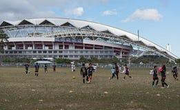 Calcio che gioca i bambini davanti allo stadio nazionale in San José, Costa Rica Fotografia Stock Libera da Diritti