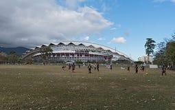 Calcio che gioca i bambini davanti allo stadio nazionale in San José, Costa Rica Immagine Stock