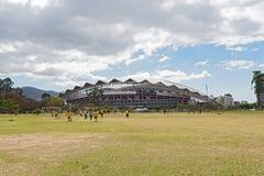 Calcio che gioca i bambini davanti allo stadio nazionale in San Jose Costa Rica Fotografie Stock