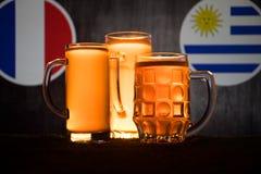 Calcio 2018 Concetto creativo Vetri di birra con birra su da portare in tavola da bere Sostenga il vostro paese con il concetto d Fotografie Stock