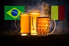 Calcio 2018 Concetto creativo Vetri di birra con birra su da portare in tavola da bere Sostenga il vostro paese con il concetto d Fotografia Stock Libera da Diritti