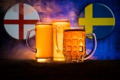 Calcio 2018 Concetto creativo Vetri di birra con birra su da portare in tavola da bere Sostenga il vostro paese con il concetto d Immagine Stock Libera da Diritti