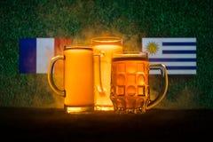 Calcio 2018 Concetto creativo Vetri di birra con birra su da portare in tavola da bere Sostenga il vostro paese con il concetto d Immagine Stock
