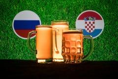 Calcio 2018 Concetto creativo Vetri di birra con birra su da portare in tavola da bere Sostenga il vostro paese con il concetto d Immagini Stock