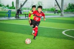 Calcio del bambino che impara calcio fotografia stock libera da diritti