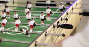 calcio della tavola La gente che gioca calcio-balilla stock footage