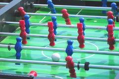 Calcio di calcio-balilla dell'estrattore a scatto del gioco della gente immagini stock