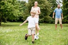 Calcio di calcio dei giochi da bambini fotografia stock libera da diritti