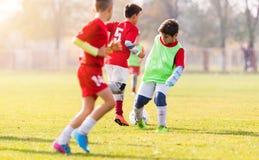 Calcio di respinta del ragazzo sul campo sportivo Immagine Stock Libera da Diritti