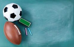Calcio e pallone da calcio sulla lavagna pulita con la gomma ed il gesso fotografia stock