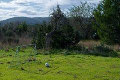 calcio e un cielo nuvoloso fotografie stock