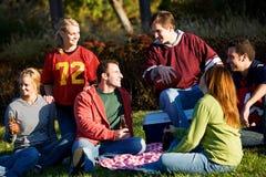 Calcio: Gruppo di amici che hanno picnic in parco fotografia stock libera da diritti
