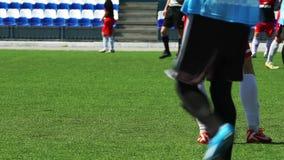 CALCIO: Il giocatore sta su un campo di football americano video d archivio
