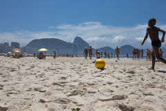 Calcio nella sabbia alla spiaggia di Copacabana Immagini Stock