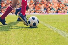Calcio o giocatore di football americano che sta con la palla sul campo per Ki fotografia stock