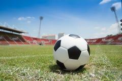 Calcio pronto a dare dei calci a nello scopo in stadio Fotografie Stock