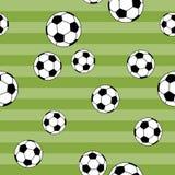 Calcio senza cuciture del modello sul fondo verde dell'iarda Fotografia Stock