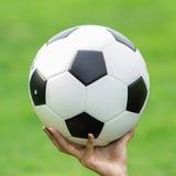 Calcio su fondo verde Immagini Stock