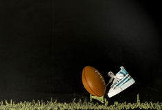 Calcio sul T con una scarpa nel fondo nero fotografie stock