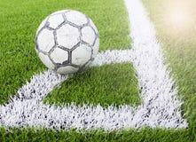 Calcio sull'angolo del calcio artificiale del tappeto erboso, campo di calcio Immagini Stock