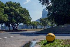 Calcio sulla via davanti alla siluetta della statua di Cristo Immagini Stock Libere da Diritti