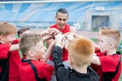 Calcio Team Huddling prima della partita fotografia stock libera da diritti