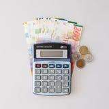 Calcolatore, banconote israeliane dello shekel e monete isolati su bianco fotografia stock libera da diritti