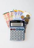 Calcolatore, banconote israeliane dello shekel e monete isolati su bianco fotografie stock libere da diritti