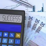 Calcolatore con il risultato di successo e un ventilatore dell'euro 20 Fotografie Stock