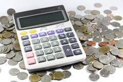 Calcolatore con la moneta royalty illustrazione gratis