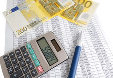 Calcolatore con le euro fatture Immagini Stock Libere da Diritti