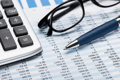 Calcolatore con lo strato di Pen And Eyeglasses On Data immagine stock