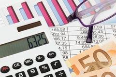 Calcolatore dei grafici e un bilancio Immagini Stock Libere da Diritti