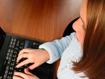 Calcolatore del bambino della ragazza Immagini Stock Libere da Diritti