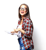 Calcolatore del ridurre in pani della holding della donna isolato su priorità bassa bianca Fotografia Stock Libera da Diritti