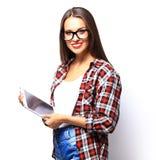 Calcolatore del ridurre in pani della holding della donna isolato su priorità bassa bianca Fotografie Stock