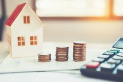 Calcolatore di concetto dei soldi di risparmio costato per la casa immagine stock