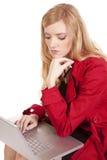 Calcolatore di pensiero rosso del cappotto della donna Immagini Stock Libere da Diritti
