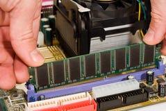 Calcolatore di riparazione dell'uomo Fotografia Stock Libera da Diritti