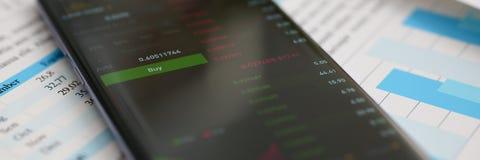 Calcolatore di Smartphone e statistiche finanziarie Immagini Stock
