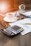 Calcolatore e caffè caldo con il taccuino del computer Fotografia Stock