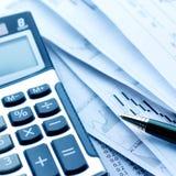 Calcolatore e fatture Fotografie Stock Libere da Diritti