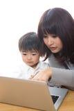 Calcolatore e genitore e bambino Fotografia Stock