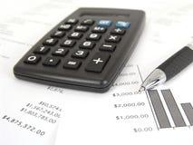 Calcolatore e grafico con la penna immagini stock