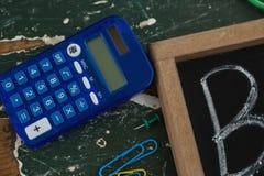Calcolatore e lavagna sulla tavola fotografia stock libera da diritti