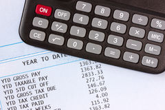 Calcolatore e libro paga fotografia stock libera da diritti