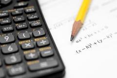 Calcolatore e matita isolati su un fondo bianco Fotografie Stock