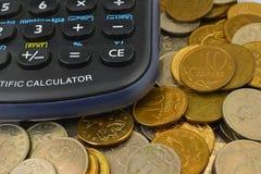 Calcolatore e monete Fotografia Stock