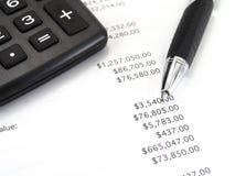 Calcolatore e penna con il bilancio immagine stock